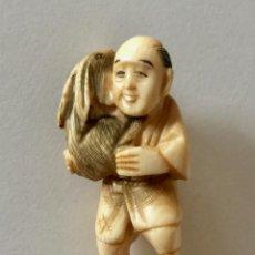Arte: NETSUKE ANTIGUO ORIGINAL JAPONES VINTAGE TALLADO EN MARFIL HOMBRE Y CONEJO. Lote 171367067