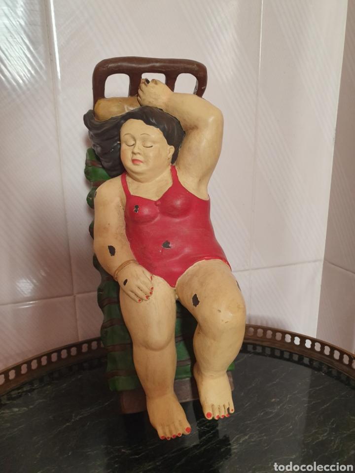 FIGURA DE SEÑORA ACOSTADA SACADA DE UN CUADRO DE BOTERO (Arte - Escultura - Resina)