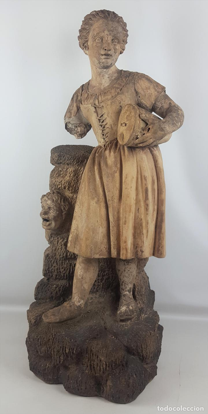 FUENTE DE TERRACOTA. NIÑA TOCANDO ZAMBOMBA. ESTILO ROCOCO. FRANCIA. SIGLO XVIII-XIX. (Arte - Escultura - Terracota )