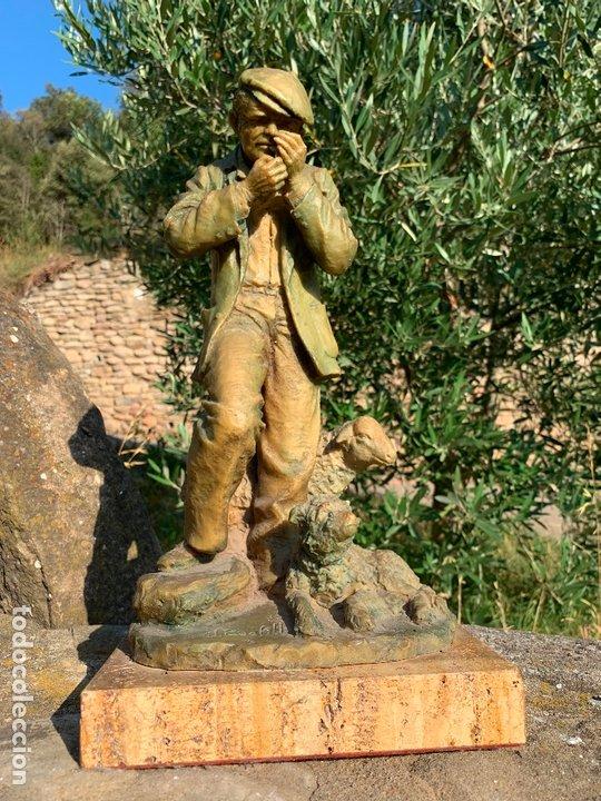 ESPECTACULAR ESCULTURA DE JOSEP BOFILL -PASTOR CON PERRO Y OVEJA- FIRMADA Y NUMERADA (Arte - Escultura - Resina)