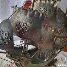 Arte: BARCO DE METAL CARABELA ( ANTIGUO ) CON SELLO TREBOL MADE IN SPAIN ARTESANÍA , MÁS EN MÍ PERFIL. Lote 167334581