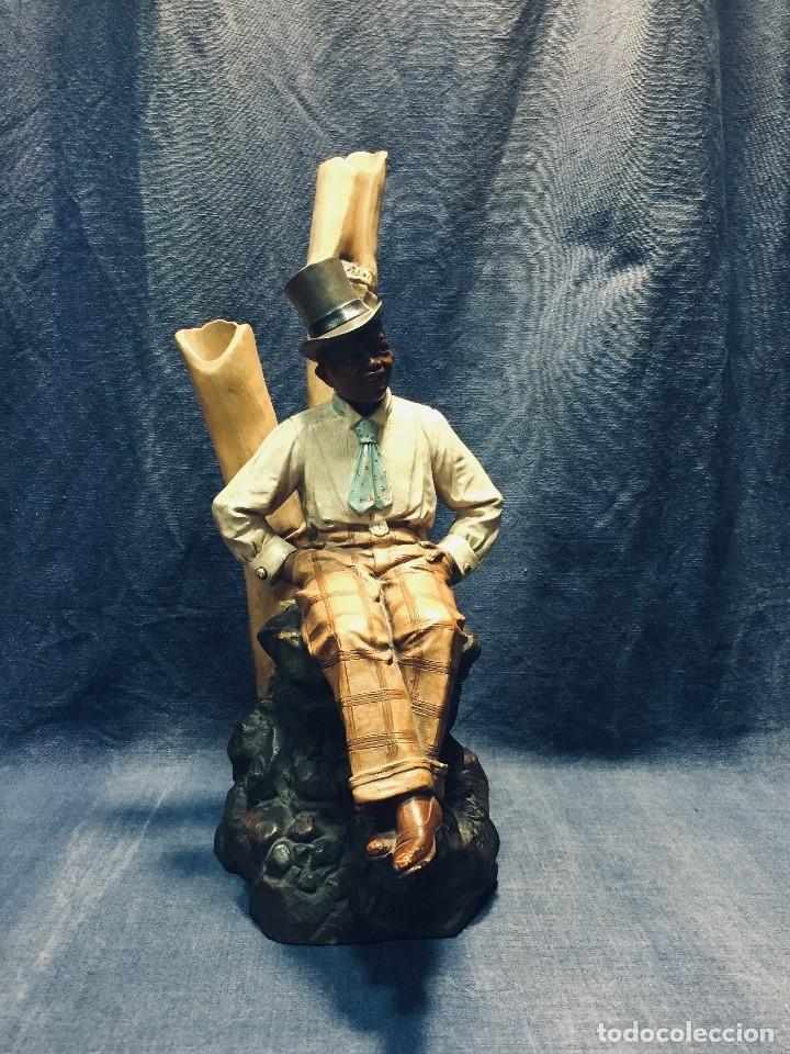 ESCULTURA TERRACOTA CHICO NEGRO COLOR AMERICANO SOMBRERO COPA SENTADO FIRMA GOLDSCHEIDER AUSTRIA 37C (Arte - Escultura - Terracota )