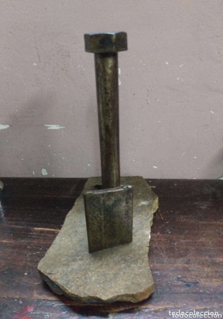 Arte: DESCONOCIDO. Escultura industrial hierro sobre piedra. firma ilegible en cabeza del tornillo - Foto 2 - 173843130