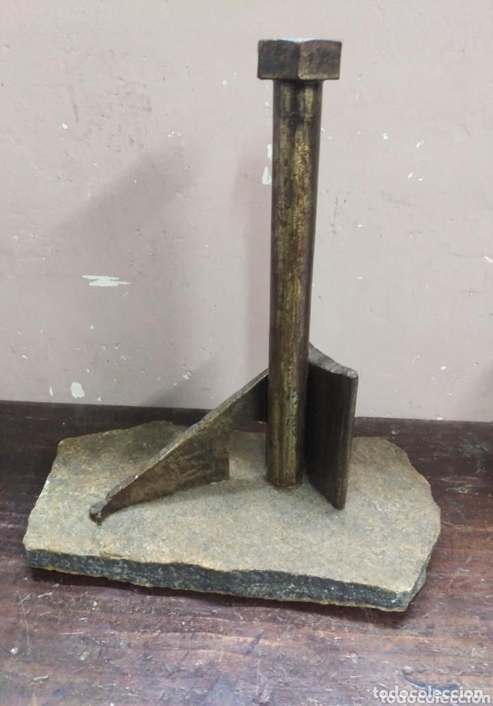 Arte: DESCONOCIDO. Escultura industrial hierro sobre piedra. firma ilegible en cabeza del tornillo - Foto 3 - 173843130