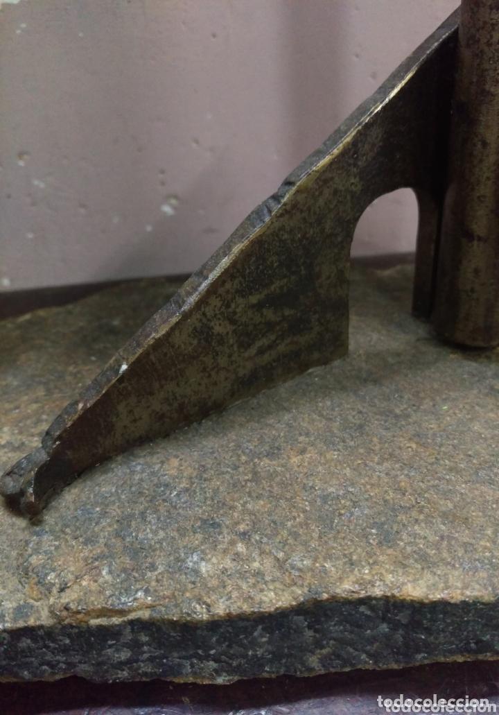 Arte: DESCONOCIDO. Escultura industrial hierro sobre piedra. firma ilegible en cabeza del tornillo - Foto 4 - 173843130