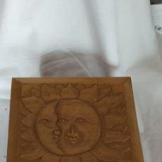 Arte: CAJA DE MADERA GRABADA A MANO RELIEVE DE SOL LUNA Y ESTRELLAS 25X25X16 CON TAPA ABISAGRADA. Lote 173845794