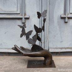 Arte: MARIPOSAS EN MANO, ESCULTURA ÚNICA DE BRONCE GRANDE, ESTATUILLA VINTAGE. Lote 174132493