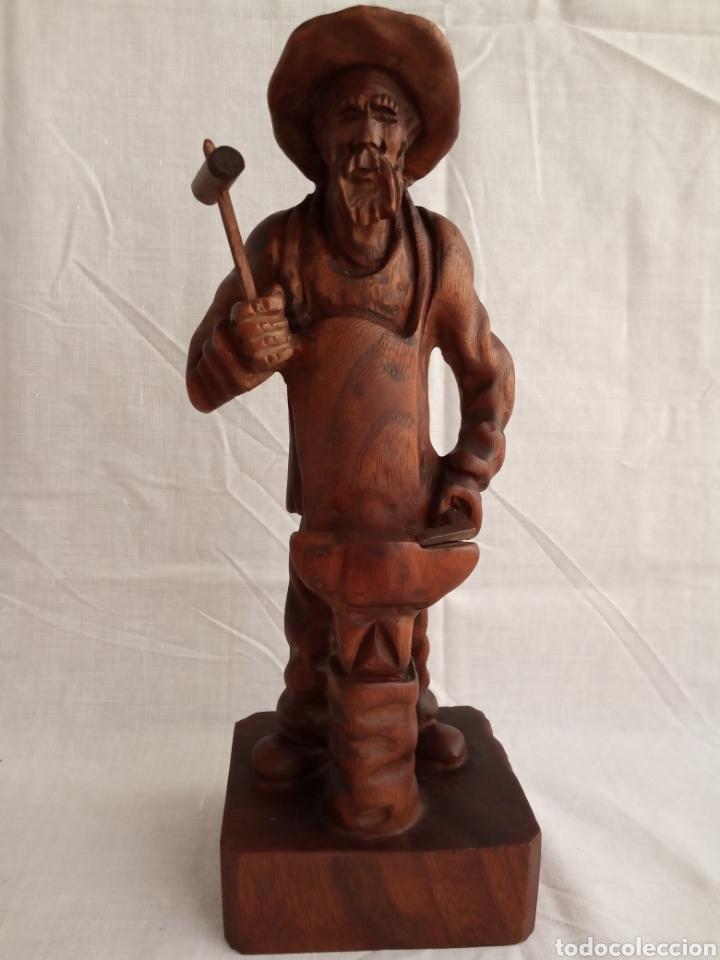 BONITA TALLA DE MADERA DE UN HERRERO FORJANDO.FIRMADA. (Arte - Escultura - Madera)