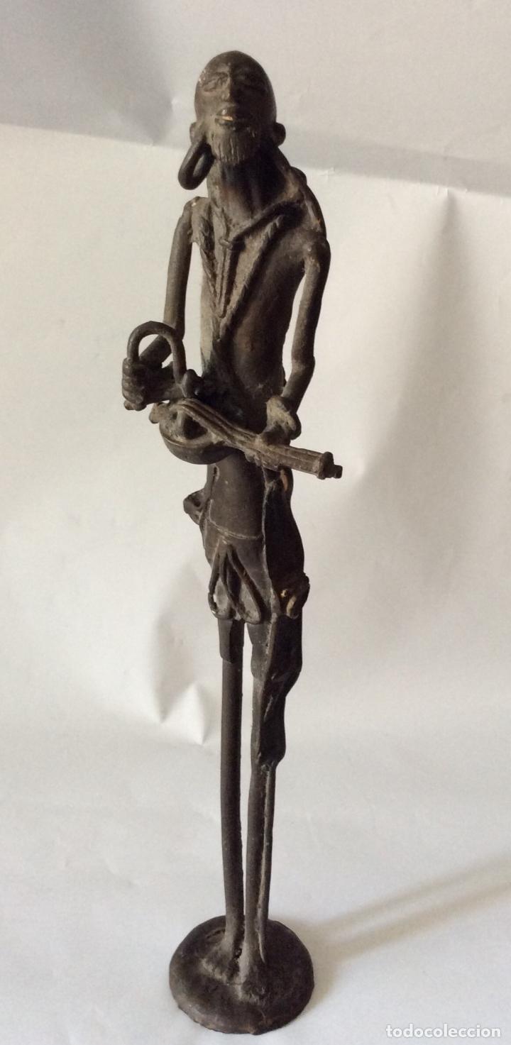 ESCULTURA EN BRONCE REPRESENTANDO A PERSONAJE CON INSTRUMENTO DE CUERDA (Arte - Escultura - Bronce)