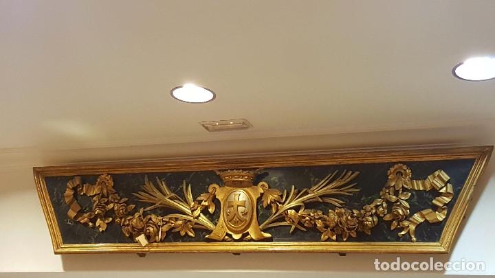 FRONTAL TALLADO, DORADO Y MARMOREADO CON MOTIVOS VEGETALES Y ESCUDO CENTRAL. S. XVIII. (Arte - Escultura - Madera)