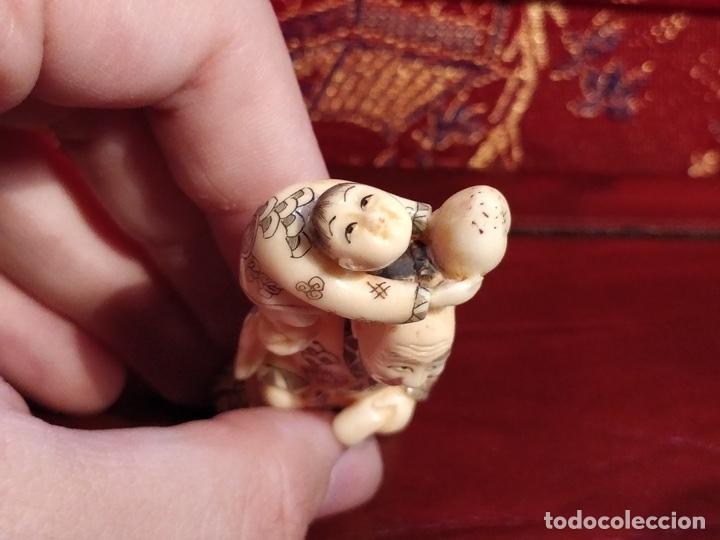 Arte: Antigua colección de 12 netsukes de marfil, con delicada talla y motivos. Firmados. - Foto 10 - 53845044