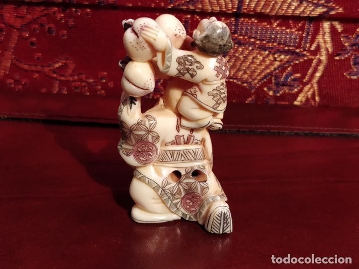 Arte: Antigua colección de 12 netsukes de marfil, con delicada talla y motivos. Firmados. - Foto 15 - 53845044