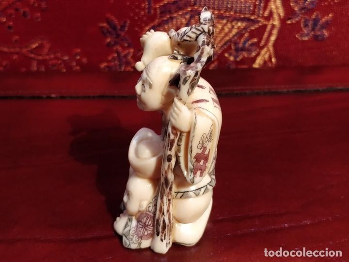 Arte: Antigua colección de 12 netsukes de marfil, con delicada talla y motivos. Firmados. - Foto 20 - 53845044