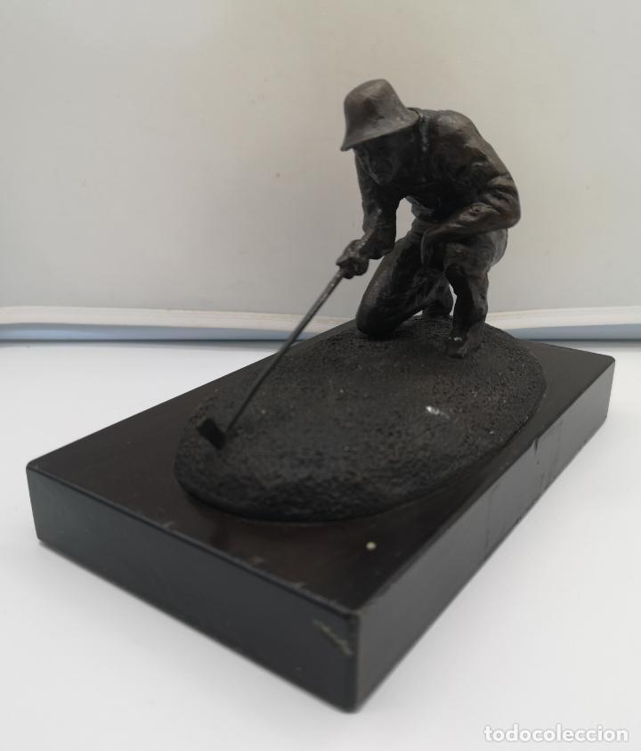 Arte: Escultura antigua de jugador de golf en bronce sobre peana de madera , firmada y numerada . - Foto 2 - 176111032