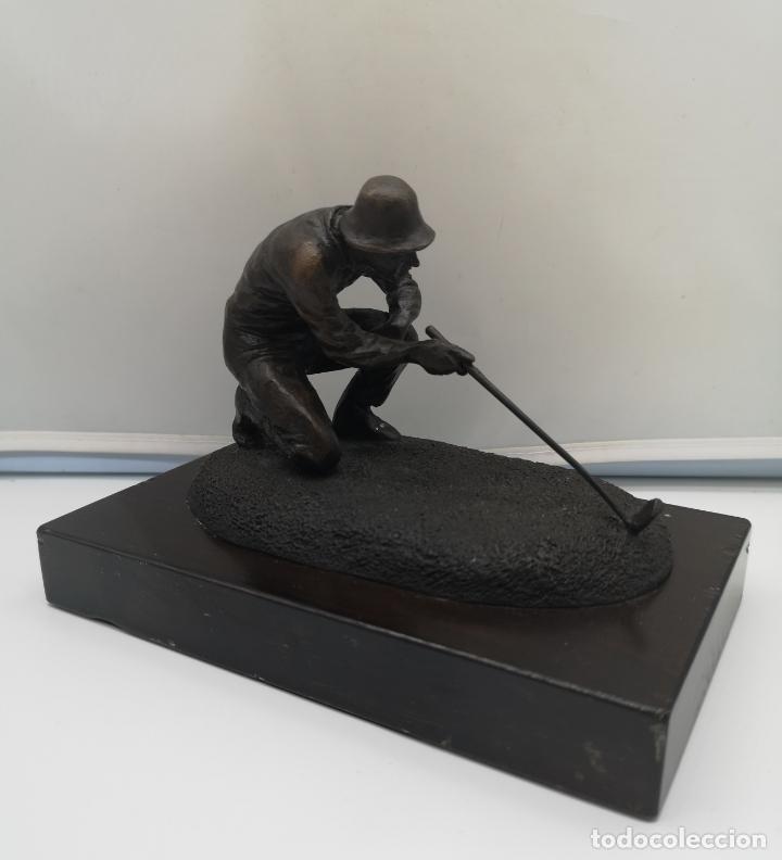 Arte: Escultura antigua de jugador de golf en bronce sobre peana de madera , firmada y numerada . - Foto 3 - 176111032
