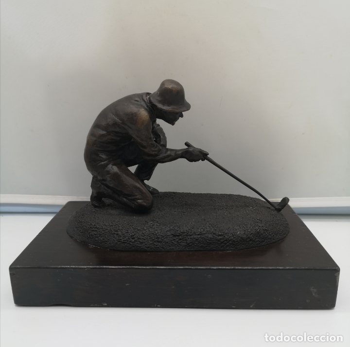 Arte: Escultura antigua de jugador de golf en bronce sobre peana de madera , firmada y numerada . - Foto 4 - 176111032