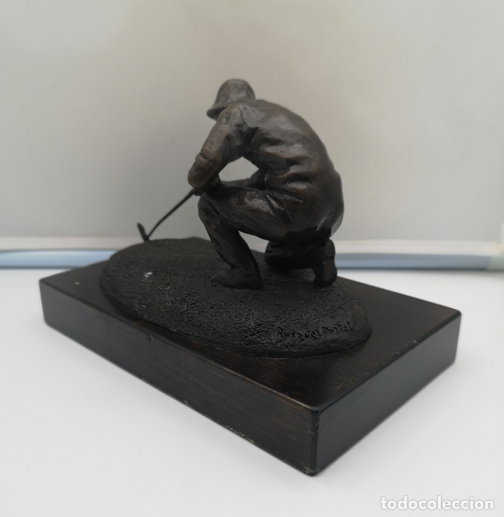 Arte: Escultura antigua de jugador de golf en bronce sobre peana de madera , firmada y numerada . - Foto 6 - 176111032
