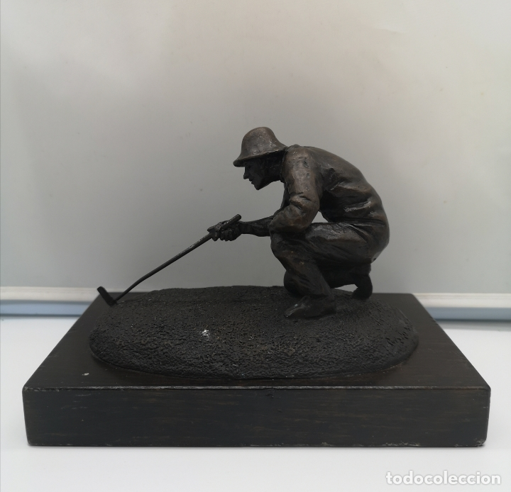 Arte: Escultura antigua de jugador de golf en bronce sobre peana de madera , firmada y numerada . - Foto 7 - 176111032
