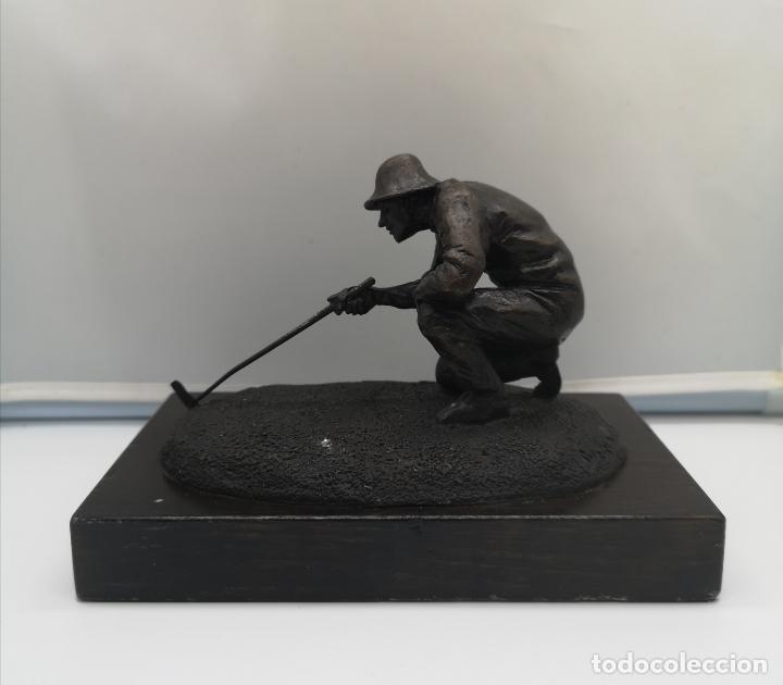 ESCULTURA ANTIGUA DE JUGADOR DE GOLF EN BRONCE SOBRE PEANA DE MADERA , FIRMADA Y NUMERADA . (Arte - Escultura - Bronce)