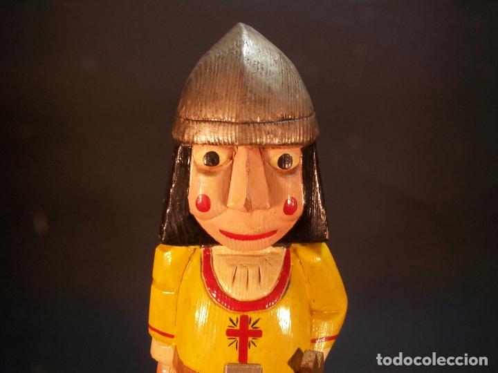 Arte: Divertida figura desoldado medieval con espada y casco. Tallada y pintada a mano. 28 cm. - Foto 5 - 177667777