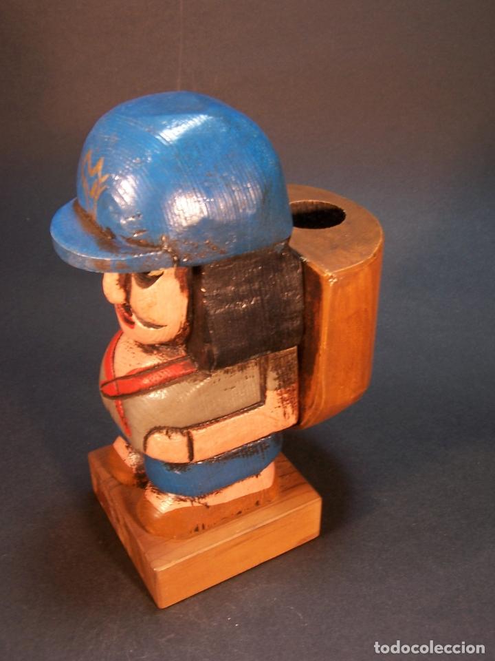 Arte: Bonita figura de explorador con mochila. Hecho y pintado a mano. Portamechero Clipper. 16 cm. - Foto 2 - 177669224