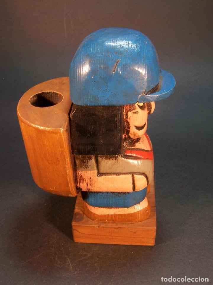 Arte: Bonita figura de explorador con mochila. Hecho y pintado a mano. Portamechero Clipper. 16 cm. - Foto 4 - 177669224