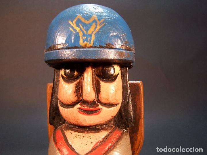 Arte: Bonita figura de explorador con mochila. Hecho y pintado a mano. Portamechero Clipper. 16 cm. - Foto 5 - 177669224
