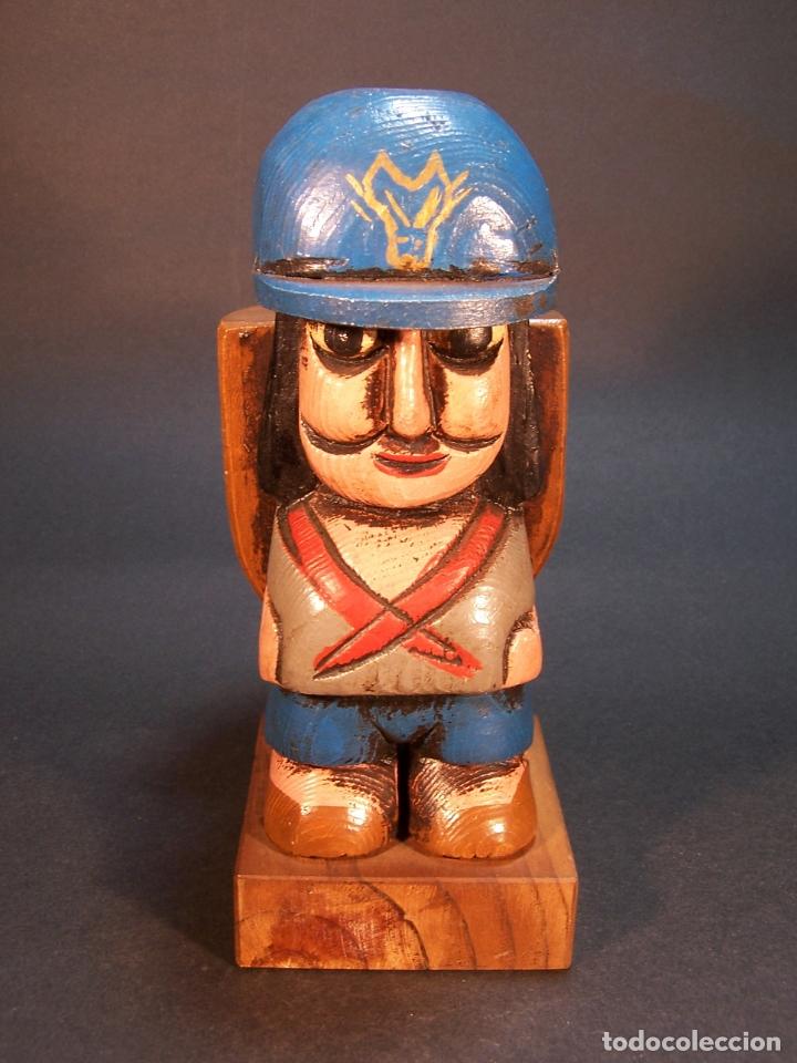BONITA FIGURA DE EXPLORADOR CON MOCHILA. HECHO Y PINTADO A MANO. PORTAMECHERO CLIPPER. 16 CM. (Arte - Escultura - Madera)