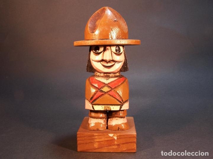 BONITA FIGURA DE GUARDABOSQUES PORTAMECHERO CLIPPER. HECHO Y PINTADO A MANO. 15 CM. (Arte - Escultura - Madera)
