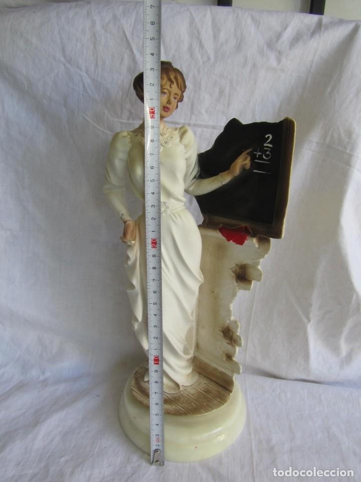 Arte: Preciosa figura de maestra de escuela en resina sobre peana de alabastro, 33 cm de altura - Foto 4 - 177715570