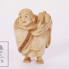 Arte: ANTIGUO NETSUKE / FIGURA JAPONESA DE MARFIL TALLADO - HOMBRE CON CESTA - S. XX - MED. 3,5 X 3 X 5 CM. Lote 178205807