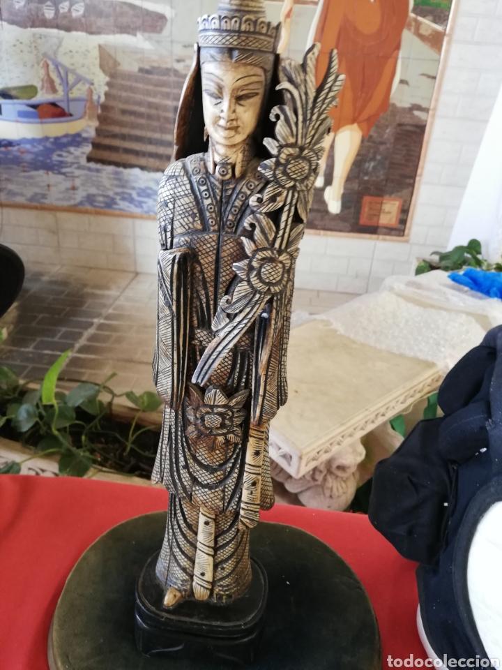 ANTIGUA Y GRAN FIGURA.. ESCULTURA EN HUESO UNOS 40 CM....CON POLICROMADA.. (Arte - Escultura - Hueso)