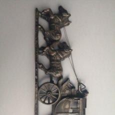Arte: BONITA PIEZA DE METAL, PARA COLGAR, DE DILIGENCIA TIRADA POR CABALLOS.. Lote 179032570