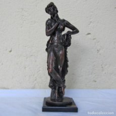 Arte: ESCULTURA BOHER ESTILIZADA FIGURA FEMENINA, RESINA PATINADA EN BRONCE. Lote 179134510