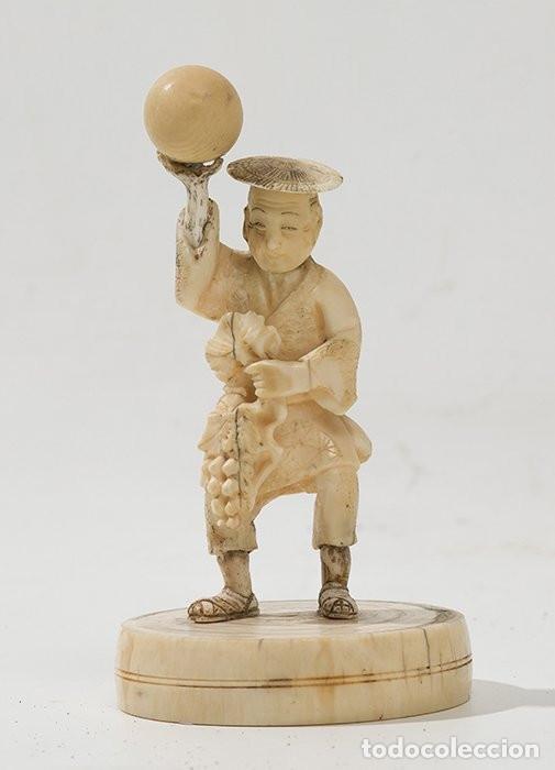 FIGURA JAPONESA EN MARFIL TALLADO C. 1900. PERSONAJE CON GLOBO. (Arte - Escultura - Marfil)