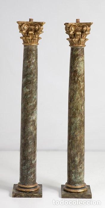 PAREJA DE COLUMNAS TALLADAS, DORADAS Y MARMOLEADAS. CAPITELES CORINTIOS. SIGLO XVIII. (Arte - Escultura - Madera)