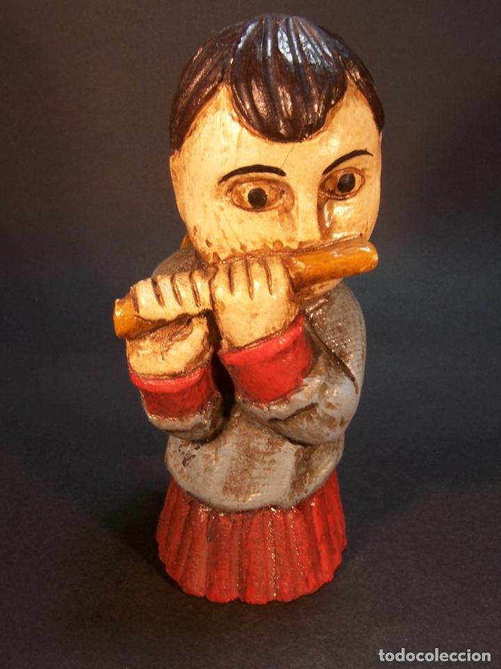 BONITA FIGURA DE ANGEL TOCANDO LA FLAUTA. HECHO Y PINTADO A MANO. FABRICADO POR OURO. 16 CM. (Arte - Escultura - Madera)