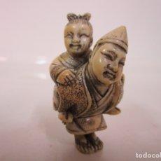 Arte: ANTIGUO NETSUKE JAPONES - FIGURA MARFIL - PADRE CON NIÑA - BOTÓN KIMONO - S. XIX. Lote 183010520