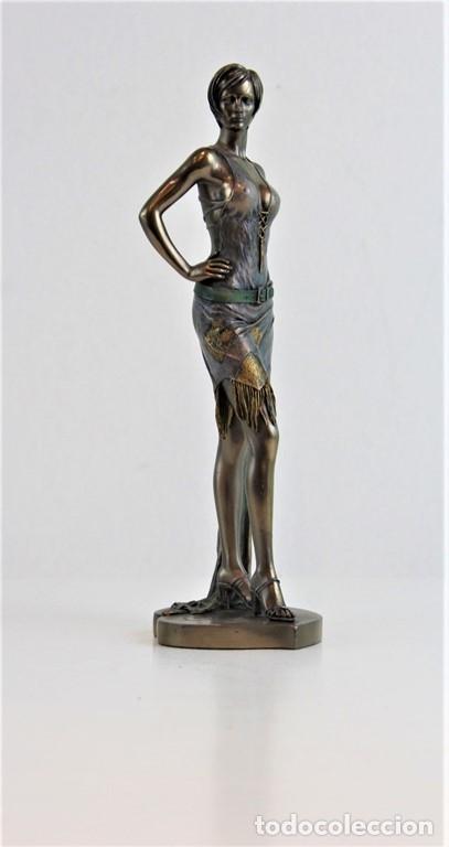 FIGURA FEMENINA MOLDEADA EN RESINA Y METALIZADA. FIRMADA POR EL AUTOR. (Arte - Escultura - Resina)