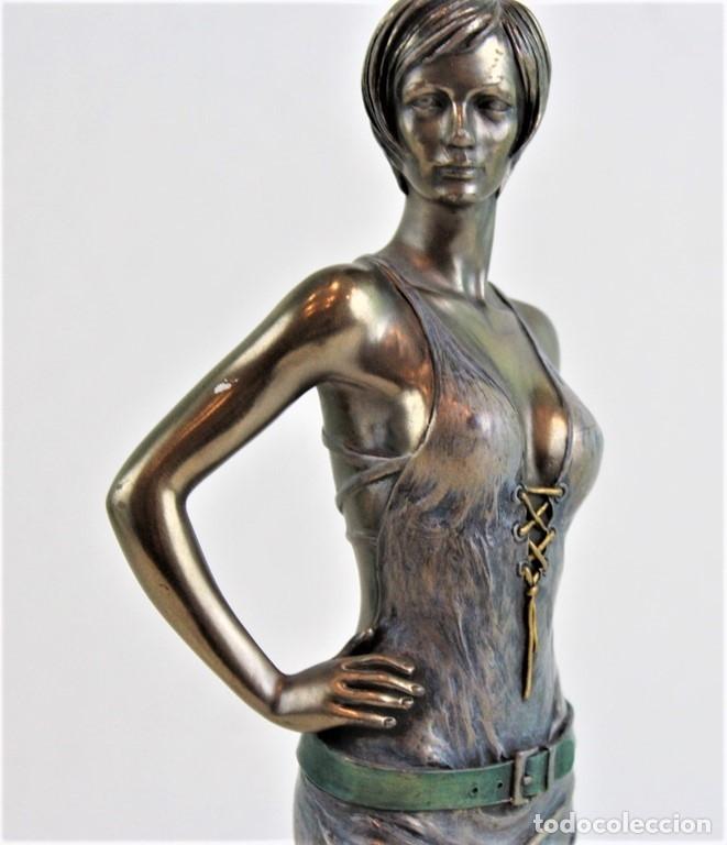 Arte: Figura femenina moldeada en resina y metalizada. Firmada por el autor. - Foto 2 - 183167565