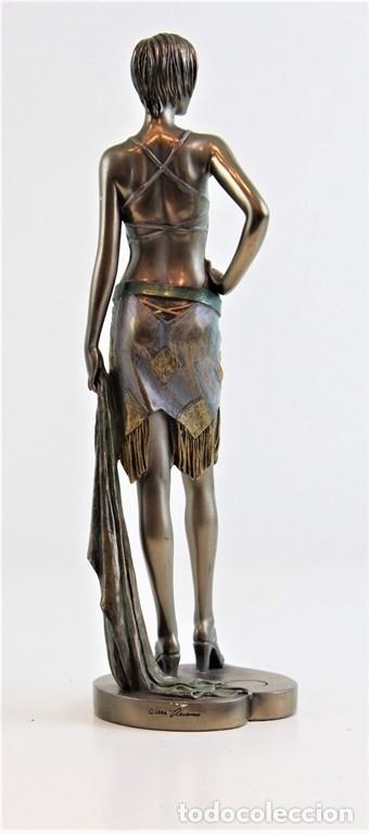 Arte: Figura femenina moldeada en resina y metalizada. Firmada por el autor. - Foto 4 - 183167565