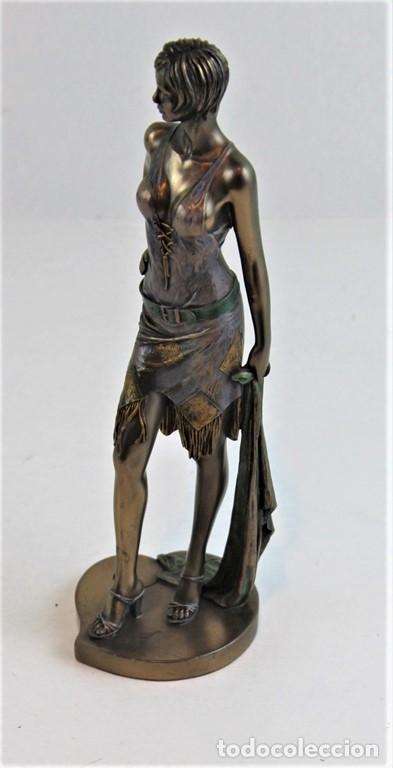 Arte: Figura femenina moldeada en resina y metalizada. Firmada por el autor. - Foto 7 - 183167565