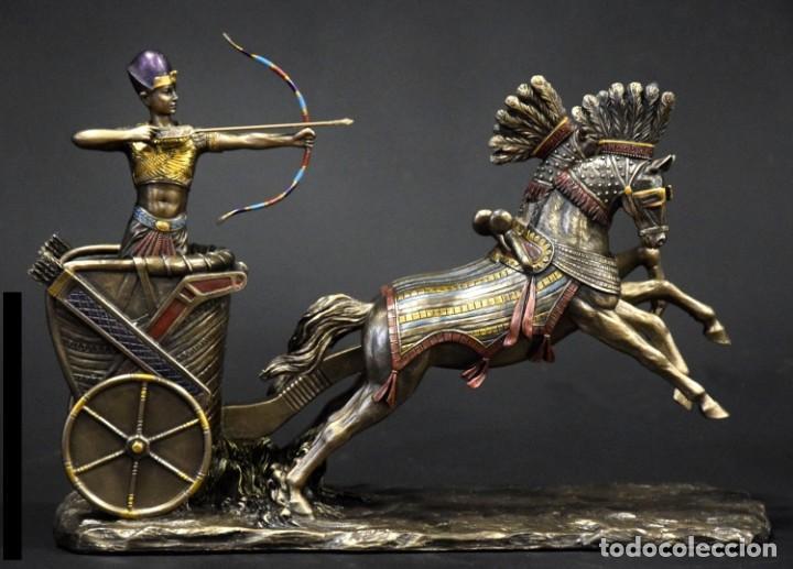 FIGURA RAMSES II EN SU CARRO. 28X19X9CM RESINA BRONCE METALIZADO (Arte - Escultura - Resina)
