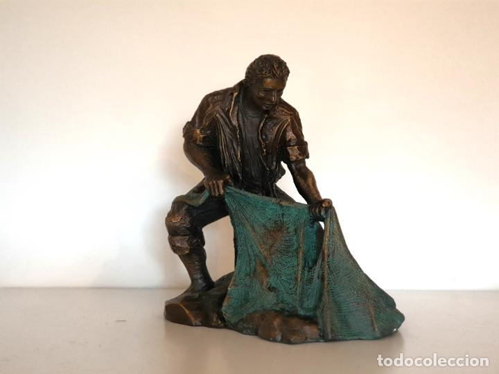 Arte: Escultura figura torero de resina patinada en bronce muy trabajada firmada - Foto 2 - 186224405