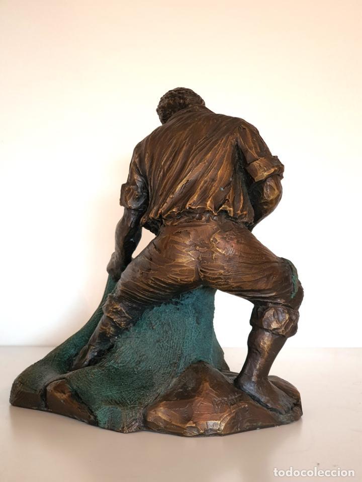 Arte: Escultura figura torero de resina patinada en bronce muy trabajada firmada - Foto 5 - 186224405