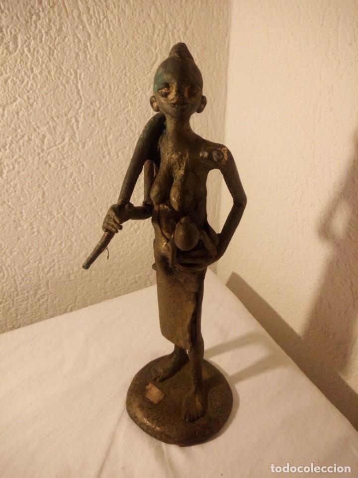 Arte: antigua escultura de mujer africana con niño en regazo de tribu africana, bronce con patina verde. - Foto 2 - 222103576