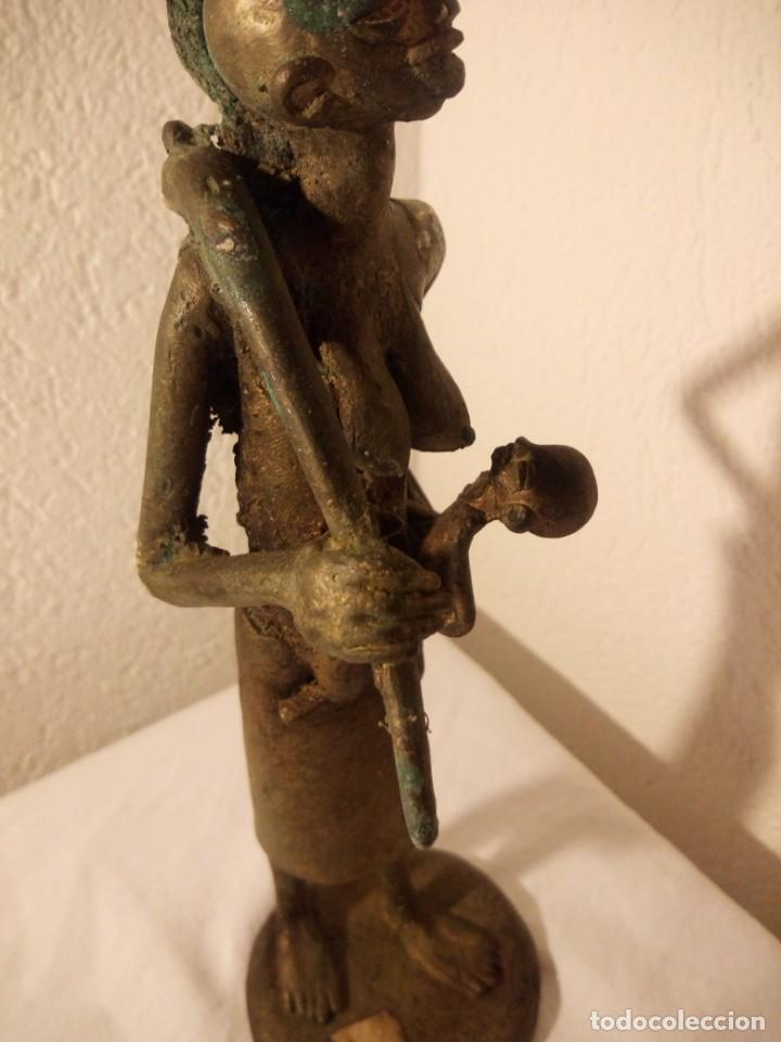 Arte: antigua escultura de mujer africana con niño en regazo de tribu africana, bronce con patina verde. - Foto 4 - 222103576
