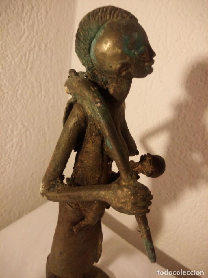 Arte: antigua escultura de mujer africana con niño en regazo de tribu africana, bronce con patina verde. - Foto 6 - 222103576