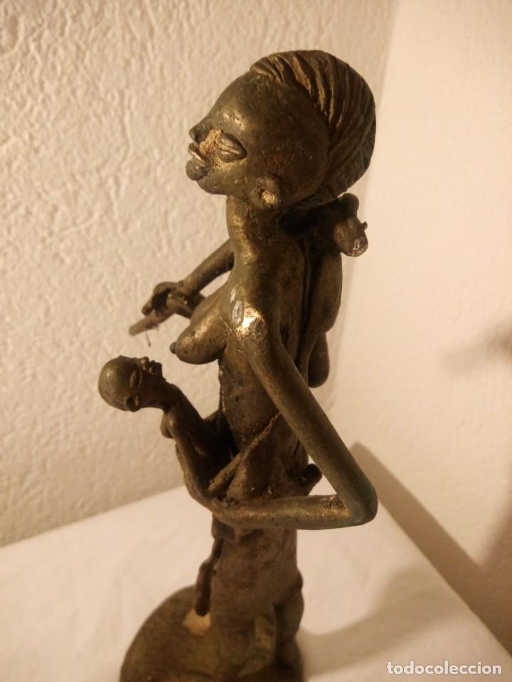 Arte: antigua escultura de mujer africana con niño en regazo de tribu africana, bronce con patina verde. - Foto 7 - 222103576