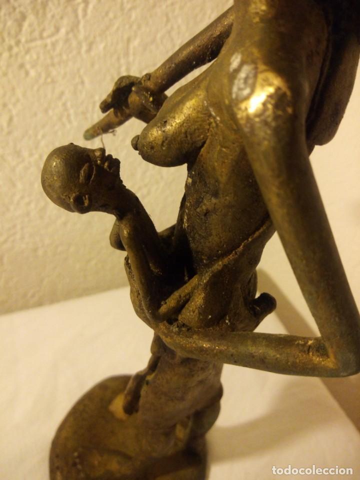 Arte: antigua escultura de mujer africana con niño en regazo de tribu africana, bronce con patina verde. - Foto 8 - 222103576